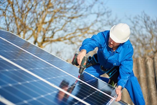 현대 집의 지붕에 태양 전지 패널을 장착하는 전기