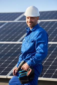 Электрик монтаж солнечных батарей на крыше современного дома