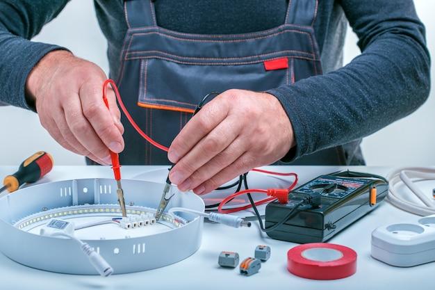 Electrician repair electrical lamp