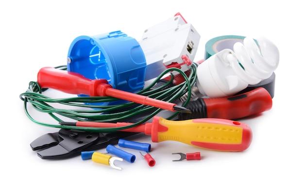 白い背景の上の電気技師の供給