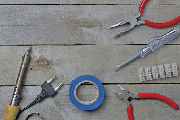 나무 테이블에 전기 도구