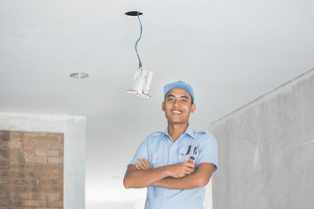 シーリングライトを配線する電気技師