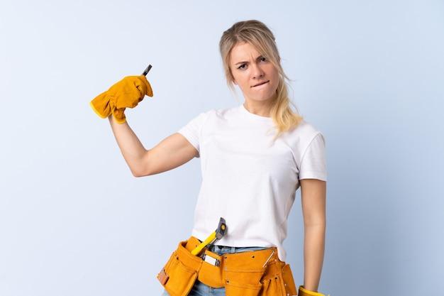 격리 된 파란색 벽에 전기 여자