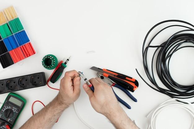 전기 기사는 도구를 사용합니다. 흰색 배경에 도구
