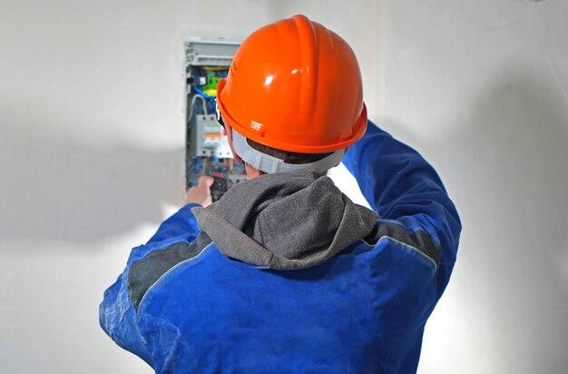 電気技師は電気シールドを操作します