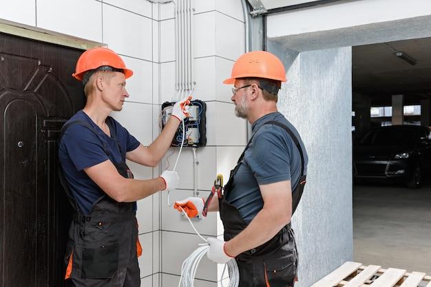 壁配線を設置する電気技師
