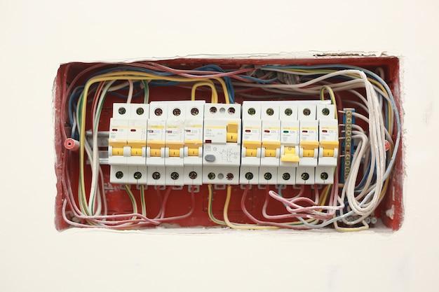 配電ボックス。ヒューズボックス。白い壁の背景に分離。電気設備。背景とテクスチャ。