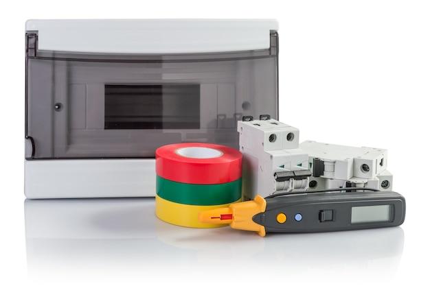 Электрооборудование: автоматические выключатели, изоляционная лента, тестер. изолированные на белом фоне с тенью