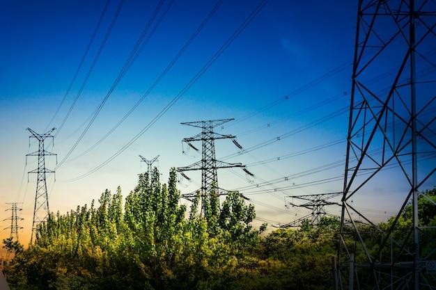 電気の高電圧の極と空