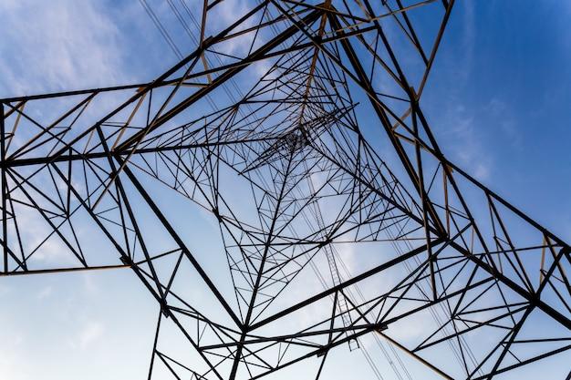 電気高電圧極タワーの空の背景。