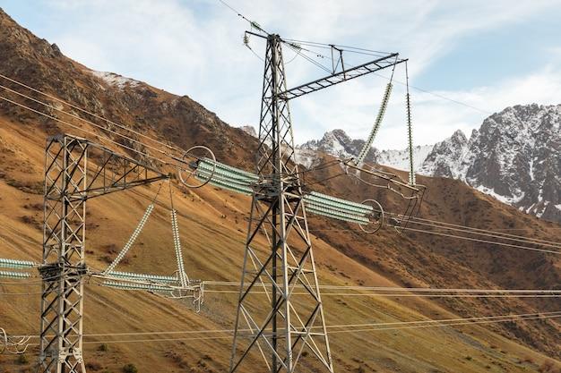 키르기스스탄 산의 전기 철탑 전력선
