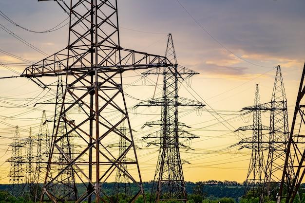 日没時に田園風景全体に電力を供給する送電鉄塔。セレクティブフォーカス。