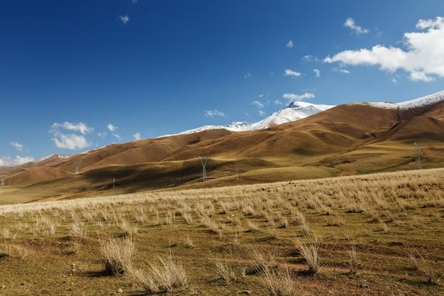 산에서 전기 철탑입니다. 키르기스스탄 나린 지역. 산 풍경입니다.