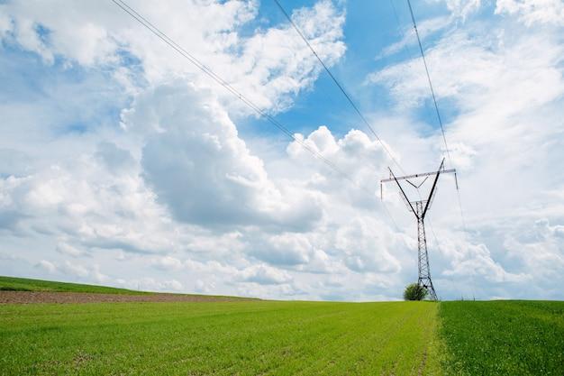푸른 하늘에 대하여 윤곽을 보여 전기 전송 철 탑