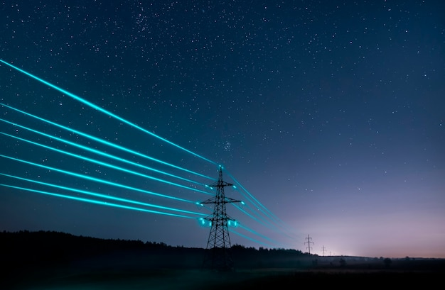 별이 빛나는 하늘을 배경으로 빛나는 전선으로 전기 전송 타워.