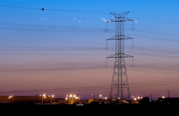 2005년 10월 10일 브라질 파라이바의 캄피나 그란데에 있는 늦은 오후의 전기 타워.