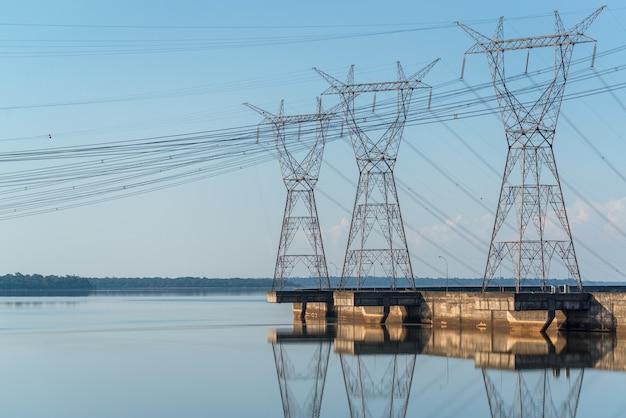 2015년 5월 19일 브라질의 이타이푸 댐 foz do iguacu parana에 있는 전기 타워