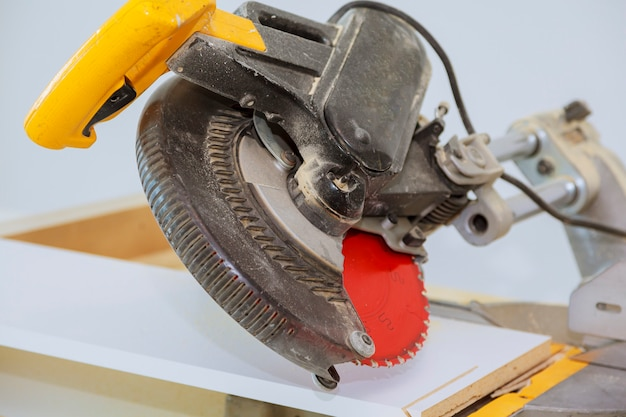 Electro saw for cutting wooden shelves