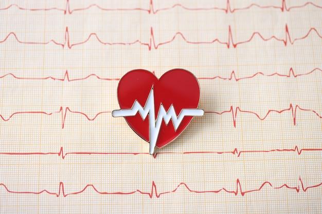 심장의 상징이있는 심전도는 심장 전문의의 테이블에 놓여 있습니다.