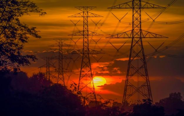 전극, 전력 및 에너지 절약 아이디어. 일몰 동안