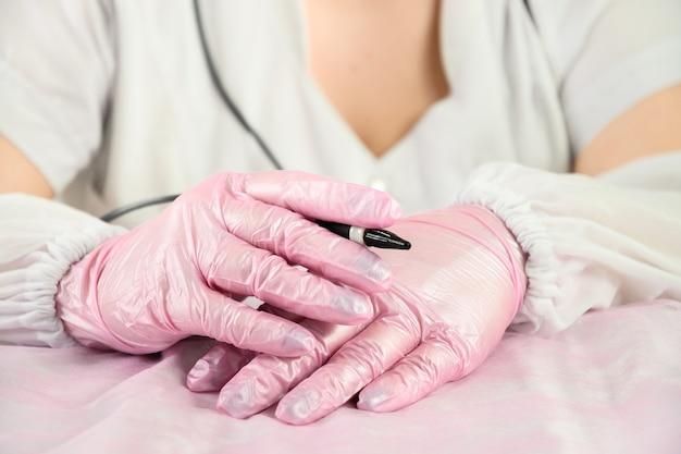 Врач-электролизер ждет пациента для косметологической процедуры