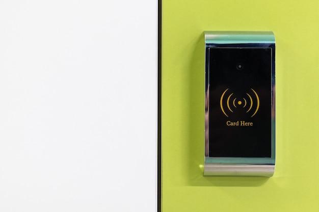 黄色と白の背景に電磁ロックカードアクセスシステム