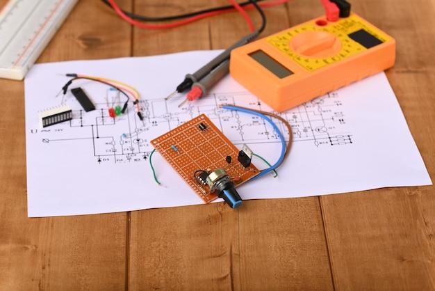 Электронная плата с потенциометром и многими другими электронными деталями.