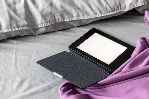 デニムカバーに空白の画面がある電子書籍