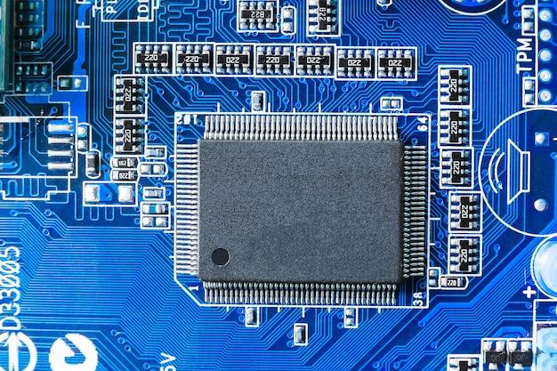 Электронный чип и компоненты smd на синей плате