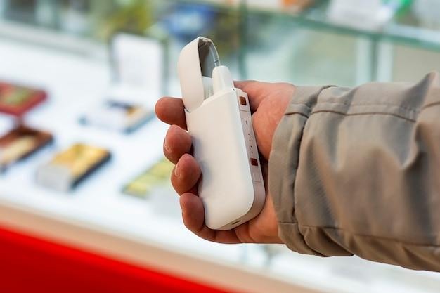 전자 담배는 남자의 손에 있습니다.