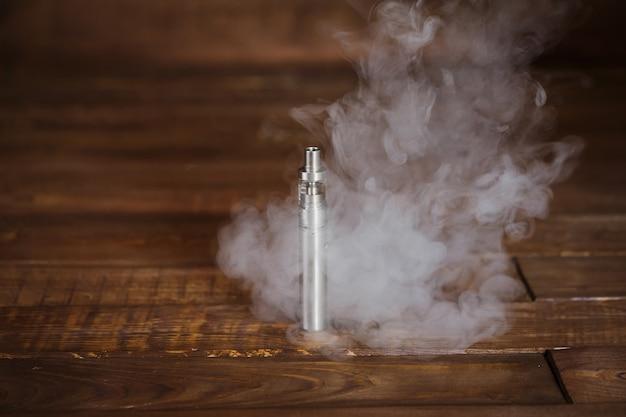 木製のテーブルの上の電子タバコ。