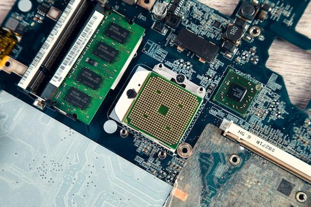 Электронная плата с процессором, крупным планом.
