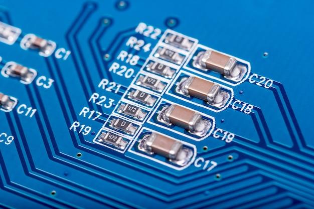 電子コレクション-放射性元素を含むコンピューター回路基板のクローズアップ