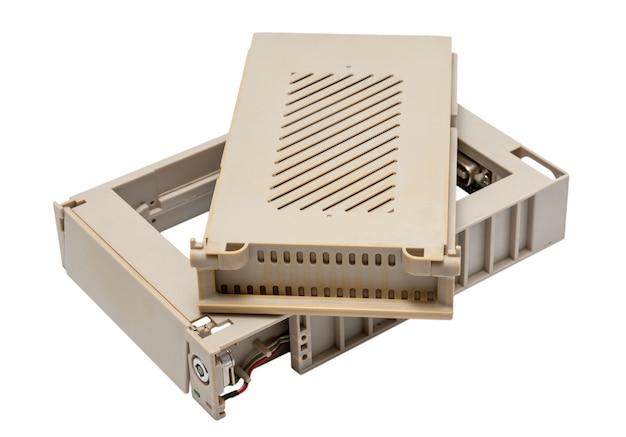 전자 컬렉션 - 흰색 배경에 고립 된 사용 된 오래 된 모바일 hdd 랙 내부 상자