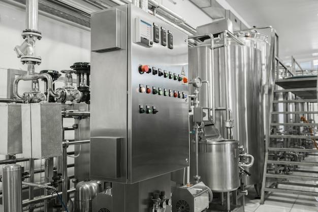 Электронная панель управления и резервуар на молочном заводе. оборудование на молочном заводе