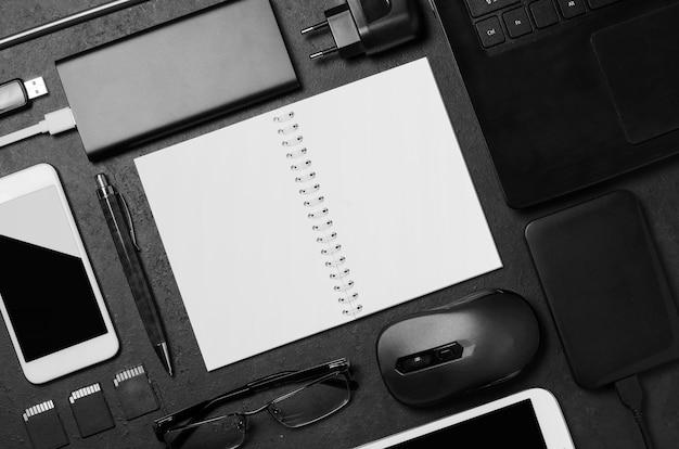 机の上の電子ガジェットと文房具アクセサリー