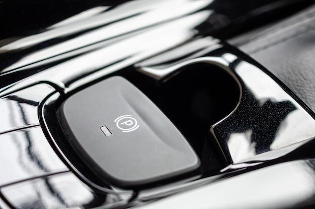 럭셔리 현대 자동차의 전자 핸드 브레이크 버튼