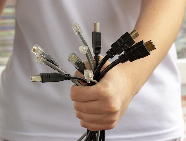 Электронные, информационные, компьютерные и интернет-коммуникационные провода и кабели в руках. интернет-технологии будущего.
