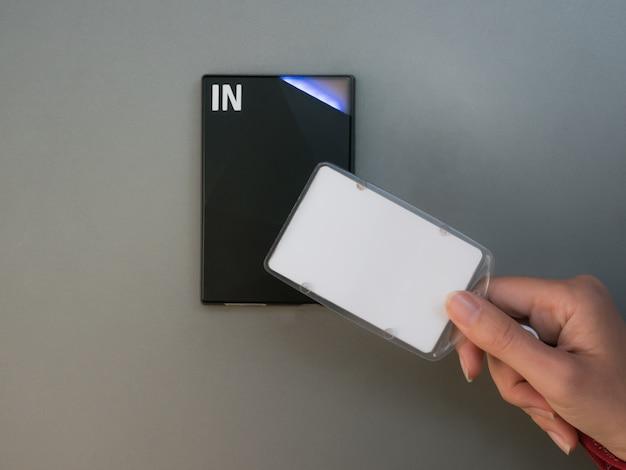 ドアをロック/アンロックする電子キーアクセスシステム