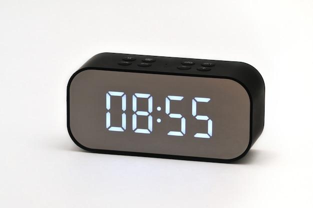 孤立した白い背景に時間と日付のデジタル表示と電子液晶時計
