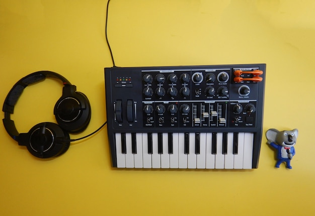 Электронный музыкальный инструмент или аудиомикшер или звуковой эквалайзер (аналоговый модульный синтезатор)