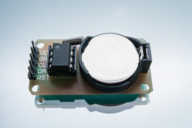 로봇 공학 흰색 배경 개념을 만드는 전자 부품