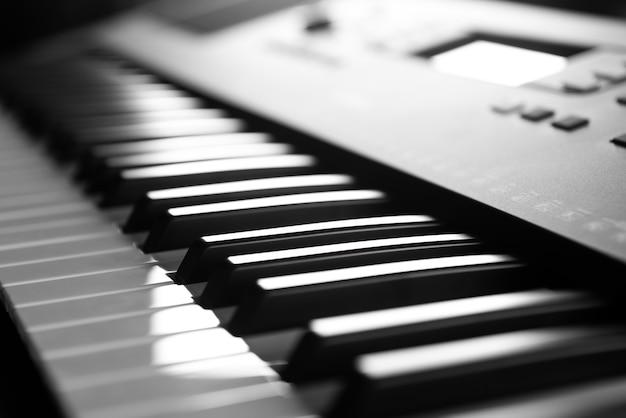 스튜디오에서 음악을 연주하고 녹음하기 위한 전자 피아노 키보드