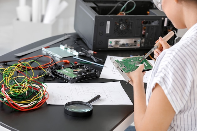 サービスセンターで働く電子技術者