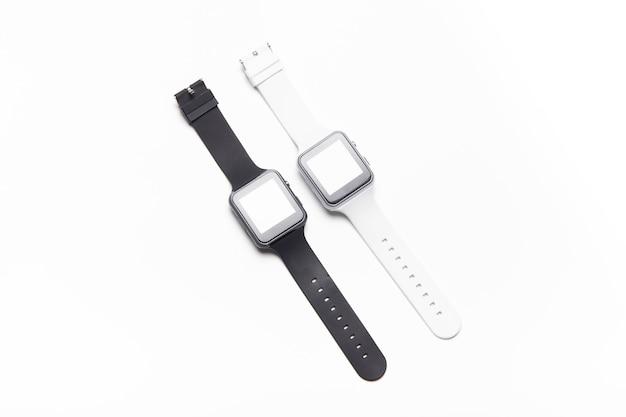 白い背景の上の電子腕時計