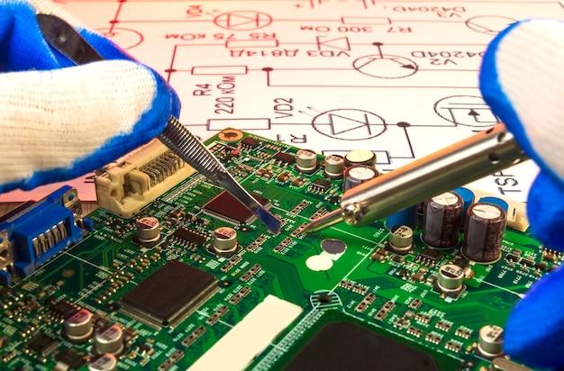 電子機器受託製造サービス、スペアパーツからの電子基板の手動はんだ付け。