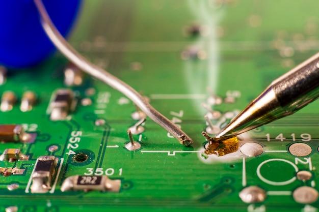 電子機器受託製造サービス、電子基板のはんだ付けのクローズアップ。