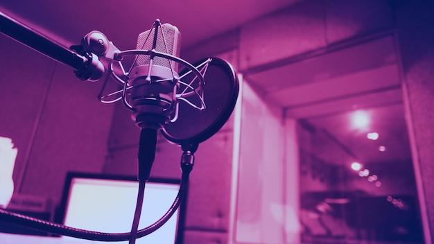 감소를 위해 사용하는 사운드 프로덕션 녹음 스튜디오의 삼각대에 전자 반사 필터