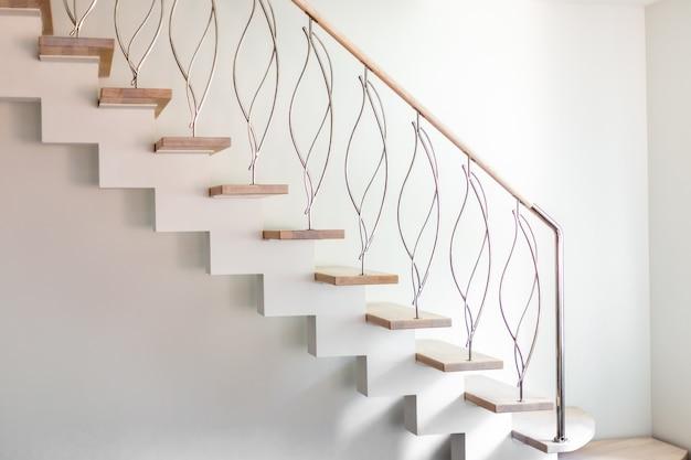 Элегантность современного дизайна лестницы в белом современном номере роскошной квартиры.