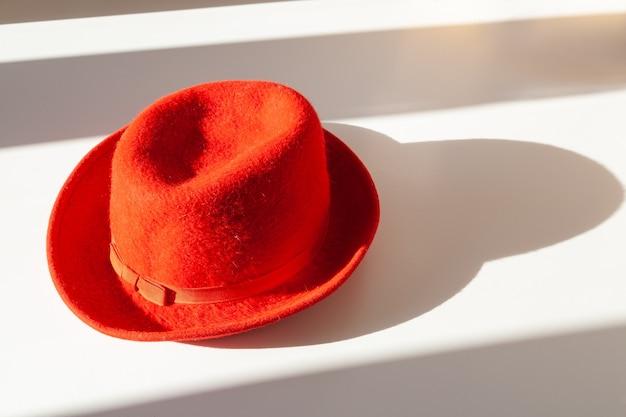 Элегантная красная шапочка из свинины, украшенная красной шелковой лентой с бантом.